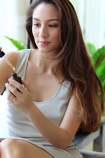 moringa-oil-application-model-girl-skin-Thailand-01